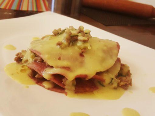 Lasagne alla barbabietola, ragu bianco e besciamella vegetale alla curcuma